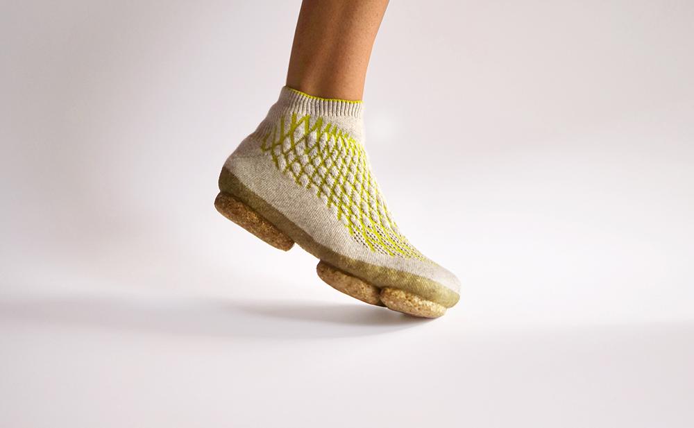 Sneature aus 3D-gestrickten Hundehaaren und mit Pilzsohle