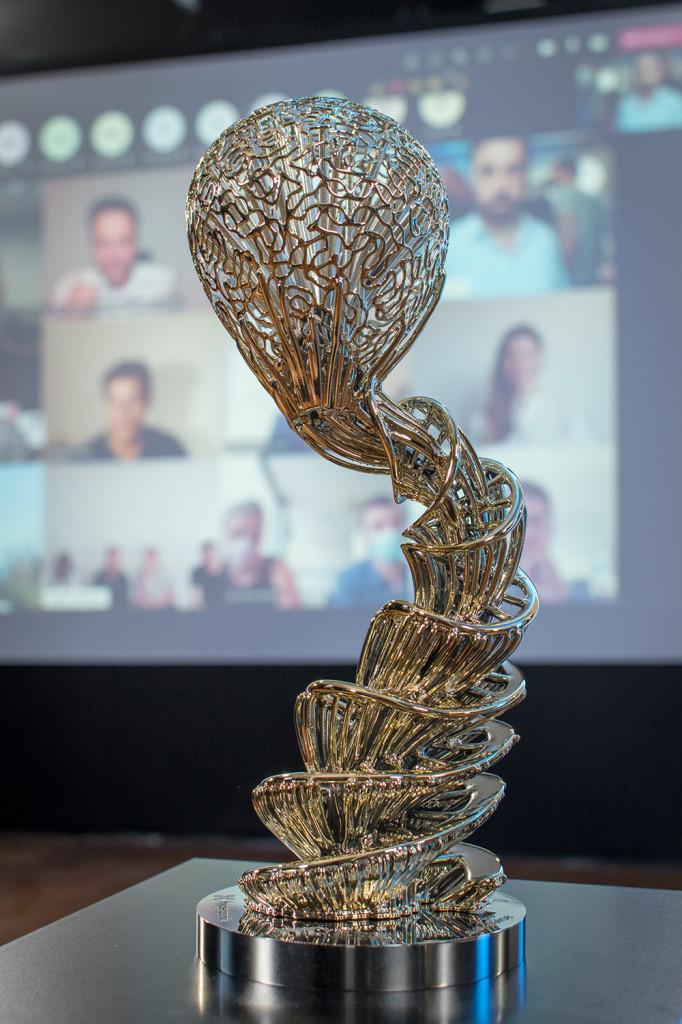 3D Pioneers Challenge. MakingOf - Trophäe vor Winner-Schirm